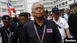 چیناوات، نخستوزیر (عکس بالا) و سوتپ توئکسوبان، از سرشناسترین چهرههای معترض (عکس پایین)