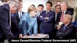 G7 liderləri 2018-ci ildə La Malbada keçirilən sammit zamanı - Kansler Merkel ABŞ prezidenti Donald Trump-la danışır