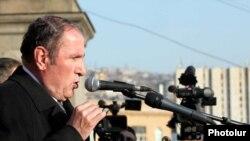 Лидер оппозиционного Армянского Национального Конгресса Левон Тер-Петросян обращается к участникам митинга, Ереван, 17 марта 2011 г.