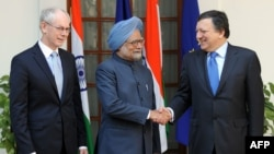 Indian Prime Minister Manmohan Singh (center) welcomes European Commission President Jose Manuel Barroso (right) and European Council President Herman Van Rompuy to New Delhi on February 10.