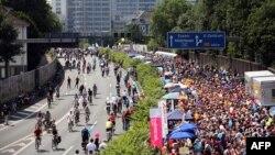 Иногда в Германии вдоль автобанов устраиваются различные культурные мероприятия, и вместо автомобилей по дороге передвигаются пешеходы и велосипедисты