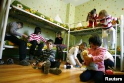 Дети в спальной комнате одного из детдомов. Россия, 19 декабря 2012 года.