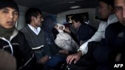 Ауғанстан мен Палестина боқсындары Грекиядағы полиция бөлімшесінің қасында отыр. Неа Висса, 8 қазан 2010 жыл.