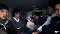 Группа мигрантов из Афганистана и Палестины рядом с полицейским участком в Греции. Неа Висса, 8 октября 2010 года.