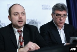 Kara-Murza (left) with slain Russian opposition leader Boris Nemtsov in Washington in 2014.