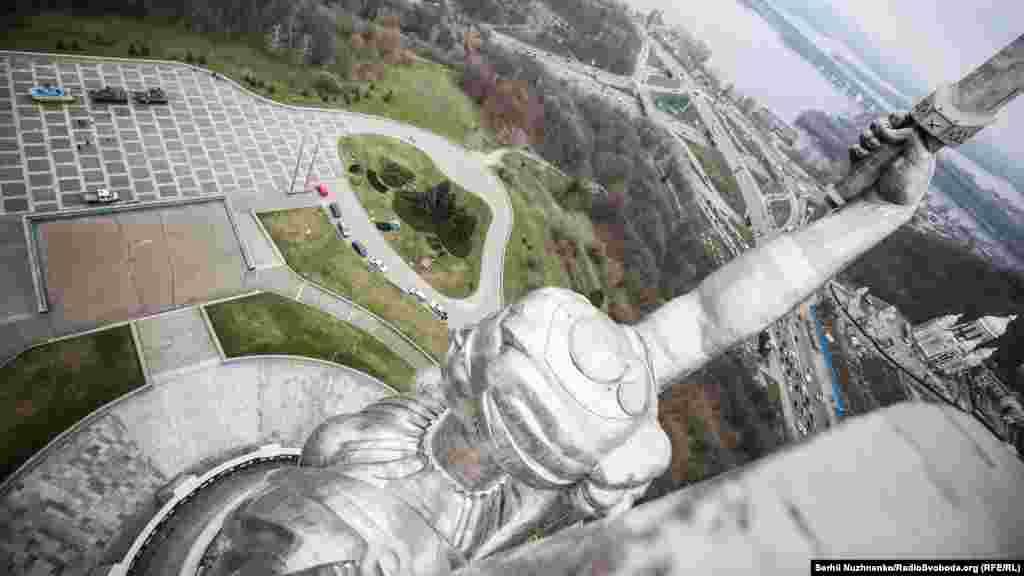 Судя по геодезическим измерениям, проводимых ежегодно, монумент «Родина-мать» должен простоять свыше 150 лет. По расчетам, статуя может выдержать даже землетрясение силой до 9 баллов