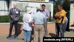 Зьміцер Бандарчук (другі зьлева) падчас збору подпісаў