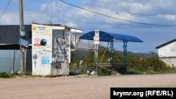 Конечная остановка автобуса заклеена объявлениями и завалена мусором