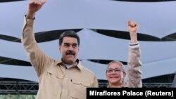 نیکلاس مادورو در کنار همسرش