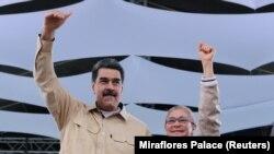 Николас Мадуро аялы менен.