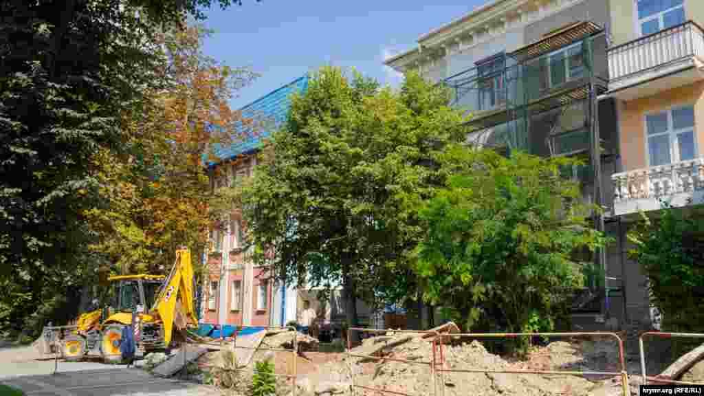 Ремонт підземних комунікацій і даху житлового будинку на вулиці Горького, недалеко від будівлі підконтрольної Кремлю міської адміністрації