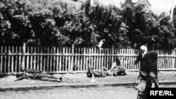 Жертви голоду на вулиці Харкова, 1933 р. Фото інж. А. Вінерберга<br />(Фото з виставки «Розсекречена пам'ять: Голодомор 1932-1933 років в Україні в документах ГПУ-НКВД»Голодомор, голод, 1933)
