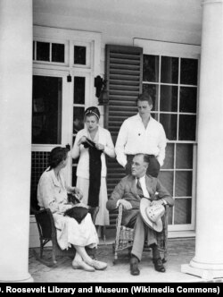 Эллиот Рузвельт с родителями и первой женой Элизабет Доннер. Май 1932 года. Уорм-Спринг, штат Джорджия