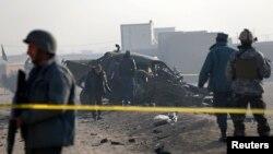 Сотрудники афганских сил безопасности на месте взрыва в Кабуле. Декабрь 2014 года. Иллюстративное фото.