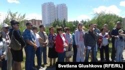 Митинг пайщиков ЖСК «Тулпар-8», которые шестой год ждут, чтобы им построили квартиры. Астана, 1 июля 2014 года.