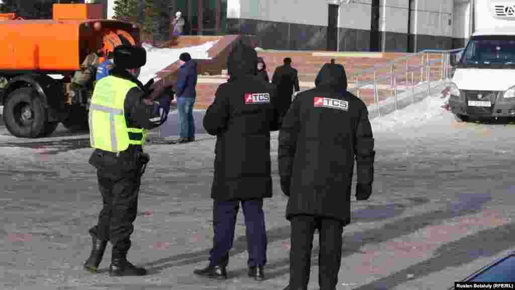 Таңертең автотұраққа кірер және шығар жерде жиналып қалған көліктерді тарқатуға полиция да көмектесті. Астана, 10 қаңтар 2017 жыл.
