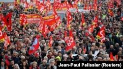 5 грудня щонайменше 800 тисяч людей взяли участь в акціях по всій країні, повідомляло Міністерство внутрішніх справ Франції