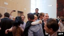 Damir Mustafić sa svojim advokatom nakon presude po civilnoj tužbi protiv Holandije