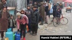 با افزایش بهای گاز مایع در شهر کابل مردم در عقب مغازه های دولتی صف بسته اند تا گاز را به بهای ارزانتر بخرند.
