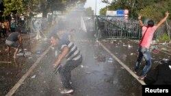 Під час спроби прориву поліція Угорщини застосувала водомети і подразливий газ, 16 вересня 2015 року