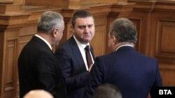 Министърът на финансите Владислав Горанов разговаря в парламента с вносителите Валери Симеонов и Борис Ячев