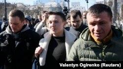 Надежда Савченко после задержания в окружении сотрудников СБУ. 22 марта 2018 года