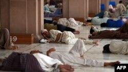 Люди лежат на полу в мечети в зной. Карачи, 22 июня 2015 года.