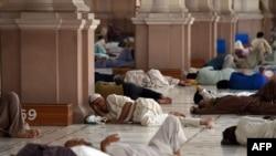 Жители Карачи прячутся от жары в стенах мечети