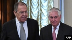 On May 10, Russian Foreign Minister Sergei Lavrov (left) will meet his U.S. counterpart Rex Tillerson (right) for the second time since the latter took office. (file photo)