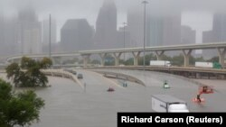 Затопленные улицы и последствия урагана «Харви» в Хьюстоне. 27 августа 2017 года.
