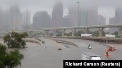 Autostrada 45 inundată după trecerea uraganului Harvey, Houston, Texas, 27 august 2017.