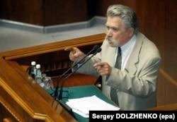 Народний депутат Левко Лук'яненко під час виступу з трибуни Верховної Ради України. Київ, 10 липня 2003 року