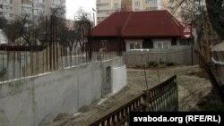 Дом Кастуся Жукоўскага ў атачэньні будоўляў