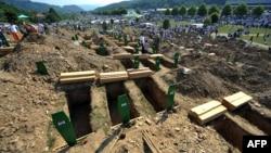 Pripreme za ukop žrtava genocida u Srebrenici