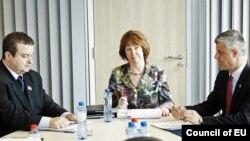 Учасники переговорів у Брюсселі: Івіца Дачич (ліворуч), Катрін Аштон, Хашим Тачі, 17 квітня 2013 року