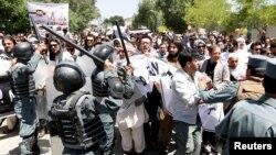 Кабулдағы демонстранттар мен полицияның қақтығысы. Ауғанстан, 2 маусым 2017 жыл.