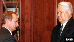 Президент России Борис Ельцин (справа) и премьер-министр России Владимир Путин в Кремле. 31 декабря 1999 года.