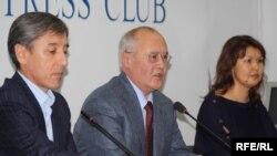 Болат Абилов, сопредседатель партии «ОСД Азат», Мурат Ауэзов, общественный деятель, Джамиля Джакишева, жена арестованного топ-менеджера, на пресс-конференции. Алматы, 23 ноября 2009 года.