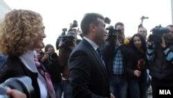 Заев и Шеќеринска пред резиденцијата на ЕУ во Скопје каде е скучен Пржинскиот договор за надминување на политичката криза.