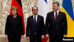Германия канцлери А. Меркель (чапда), Франция президенти Ф. Олланд (ўртада) ва Украина президенти П. Порошенко (ўнгда).