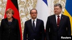 Канцлер Германии Ангела Меркель (слева), президент Франции Франсуа Олланд (в центре), президент Украины Петр Порошенко.