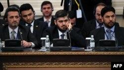 Глава делегации сирийской оппозиции Мухаммад Аллуш (в центре)