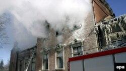 Выводить пациентов из горящего здания поначалу было некому