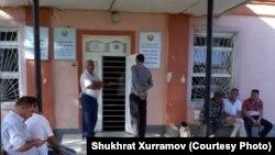 Родственники обвиняемых в распространении шиизма на территории Узбекистана стоят возле входа в здание Бухарского областного суда по уголовным делам.
