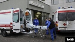 Paramedics remove the body of mob boss Aslan Usoyan, who was gunned down as he left a Moscow restaurant.