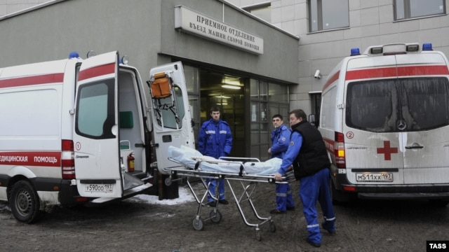 "Paramedics remove the body of mob boss Aslan Usoyan, known as ""Grandfather Khasan,"" in Moscow on January 16."