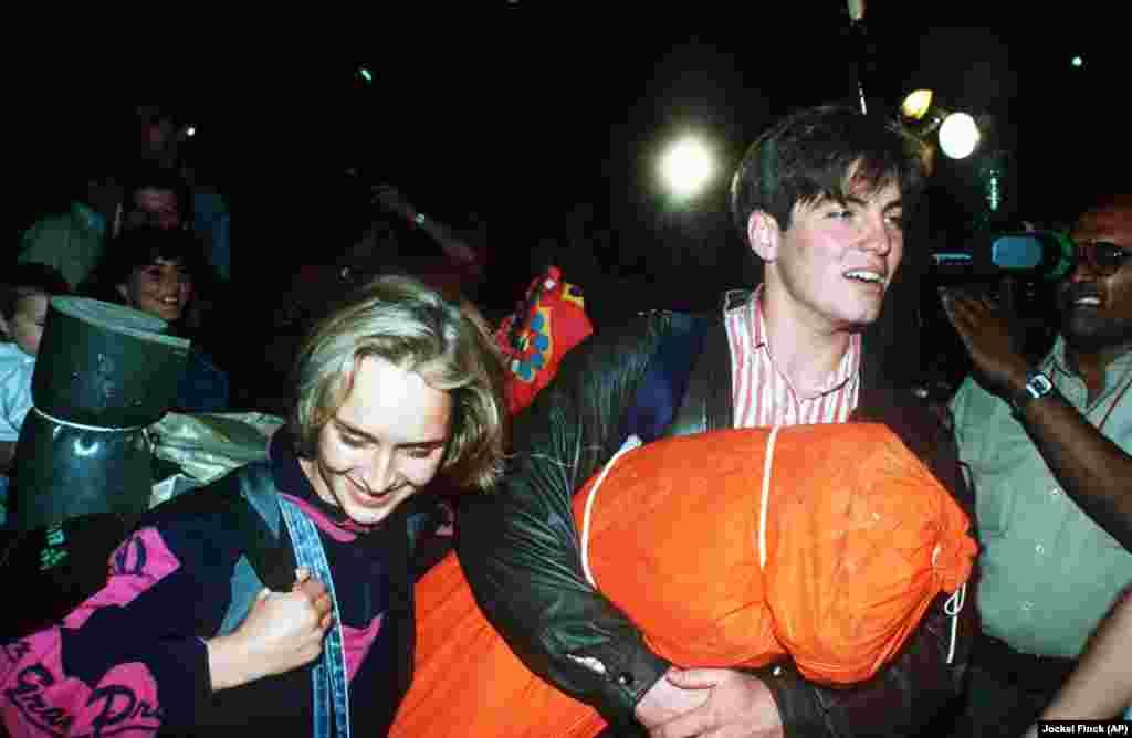 Жители ГДР 10 сентября уходят из лагеря Зуглигет в Будапеште к австро-венгерской границе