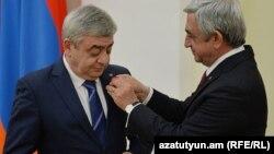 Prezident Serj Sarkisian (sağda) qardaşı Levonu təltif edir. 2016