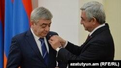 Prezident Serj Sarkisian (sağda) qardaşı Levi təltif edir. 2016