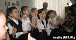 Ветеран балалар чыгышын тыңлый